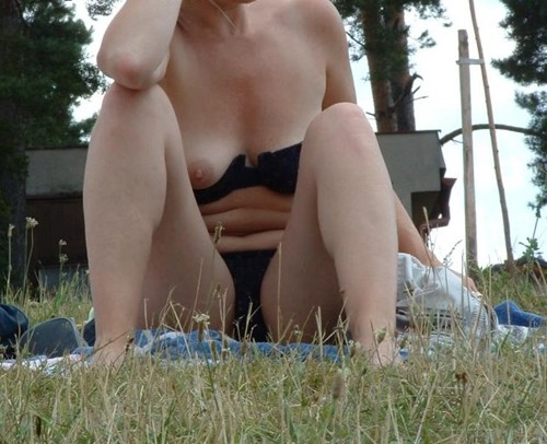 boob-exposed-in-the-park